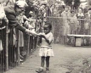 Foto de um zoológico humano, tirada em 1958 na Bélgica. Há menos de 60 anos, existiam zoológicos como este, onde negros, geralmente africanos, eram expostos para as crianças brancas.
